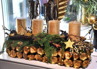 Goldenes Adventsgesteck Mit Kerzen